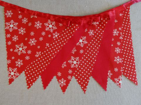 CHRISTMAS BUNTING - Cream Snowflakes & Plain Red & Spots - 3m/10ft  - 14 flags